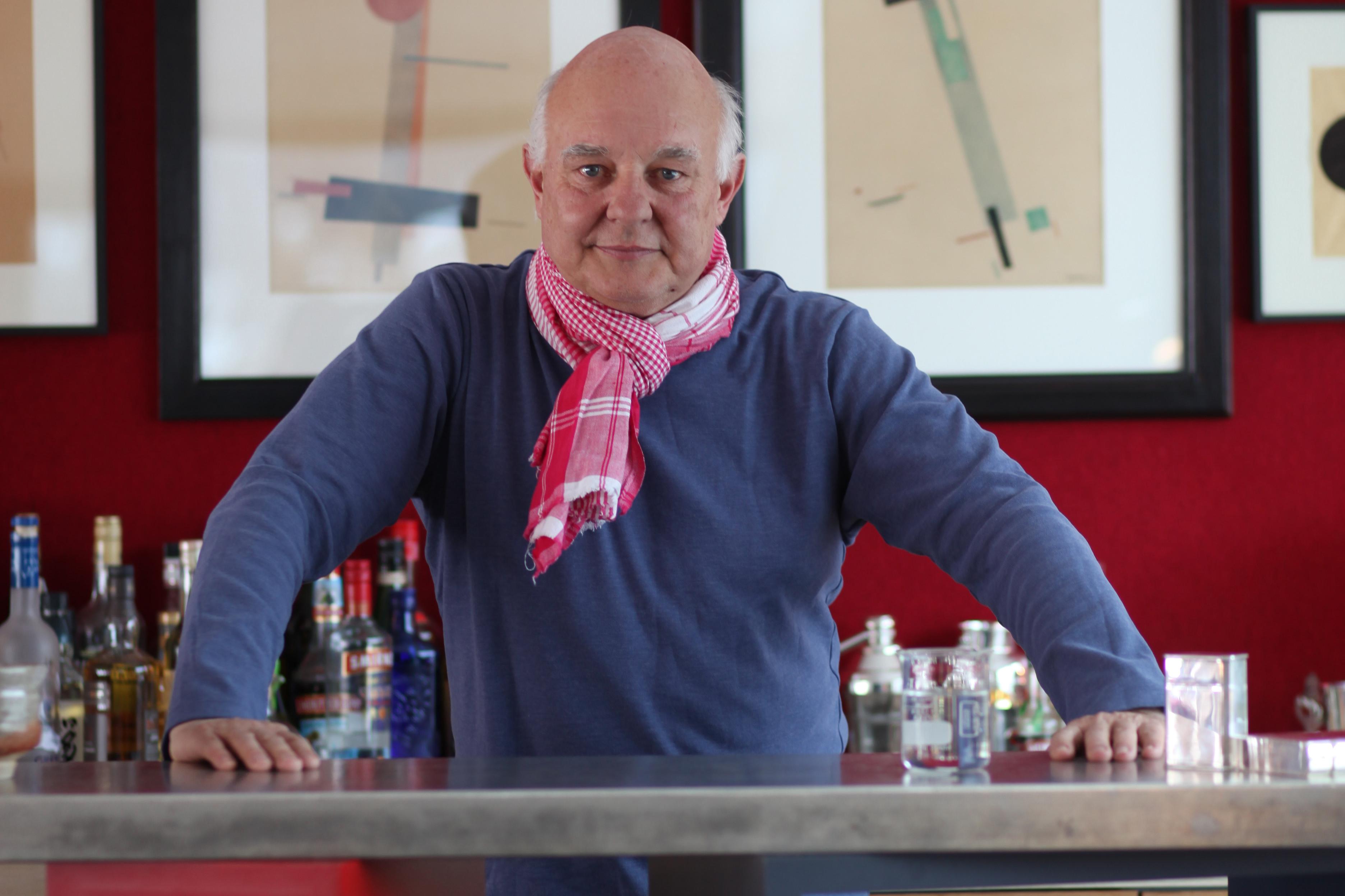 Rolf Sachs an seiner Hausbar im Olympiahaus in St. Moritz